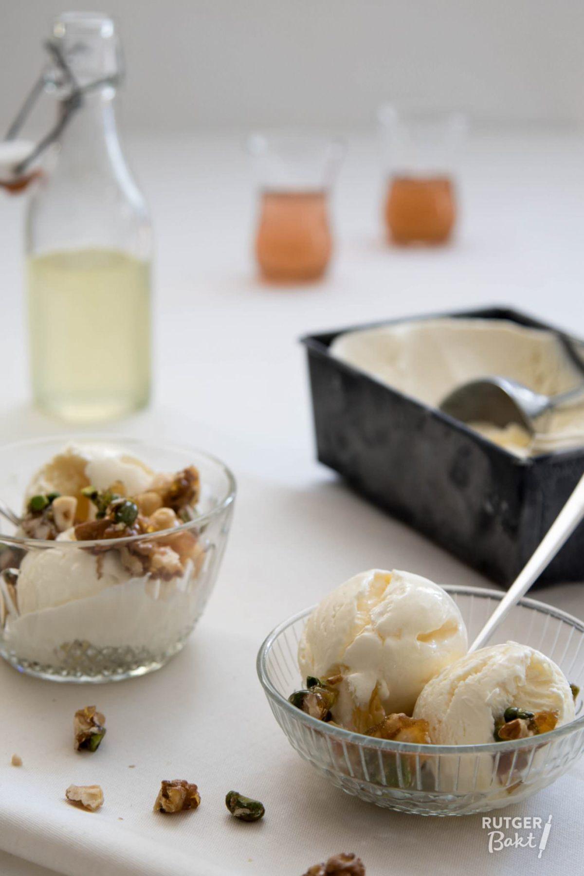 Easy amaretto-ijs met amandel-pistachepraline