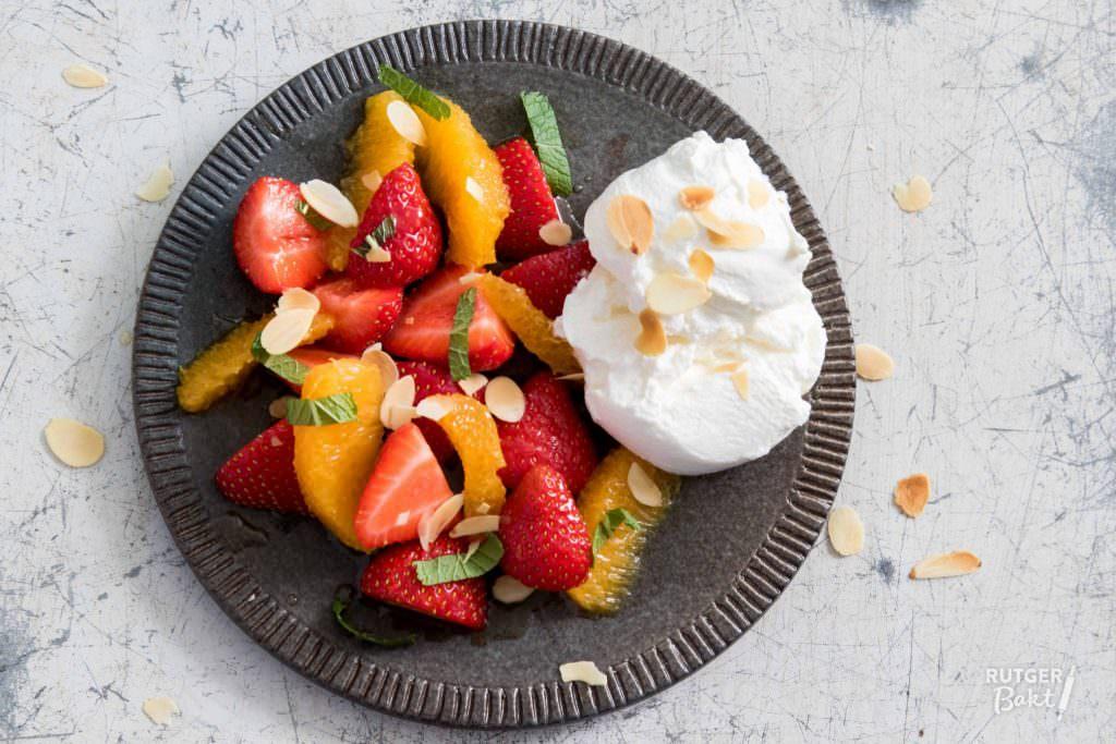 Fruitsalade met aardbeien en sinaasappel