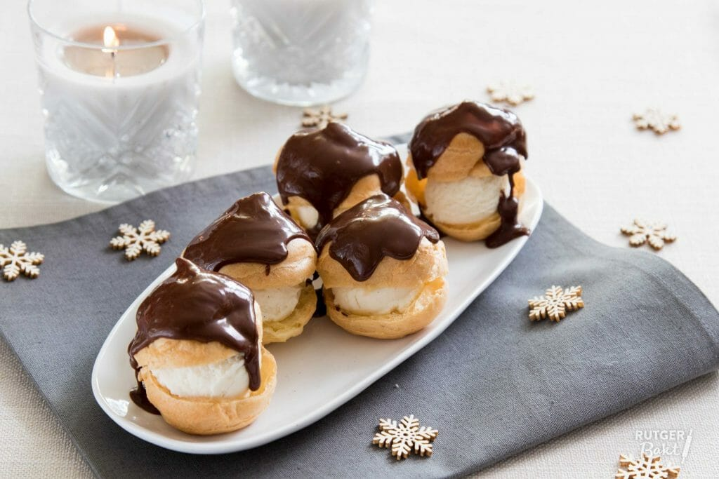 Profiteroles met ijs en chocoladesaus