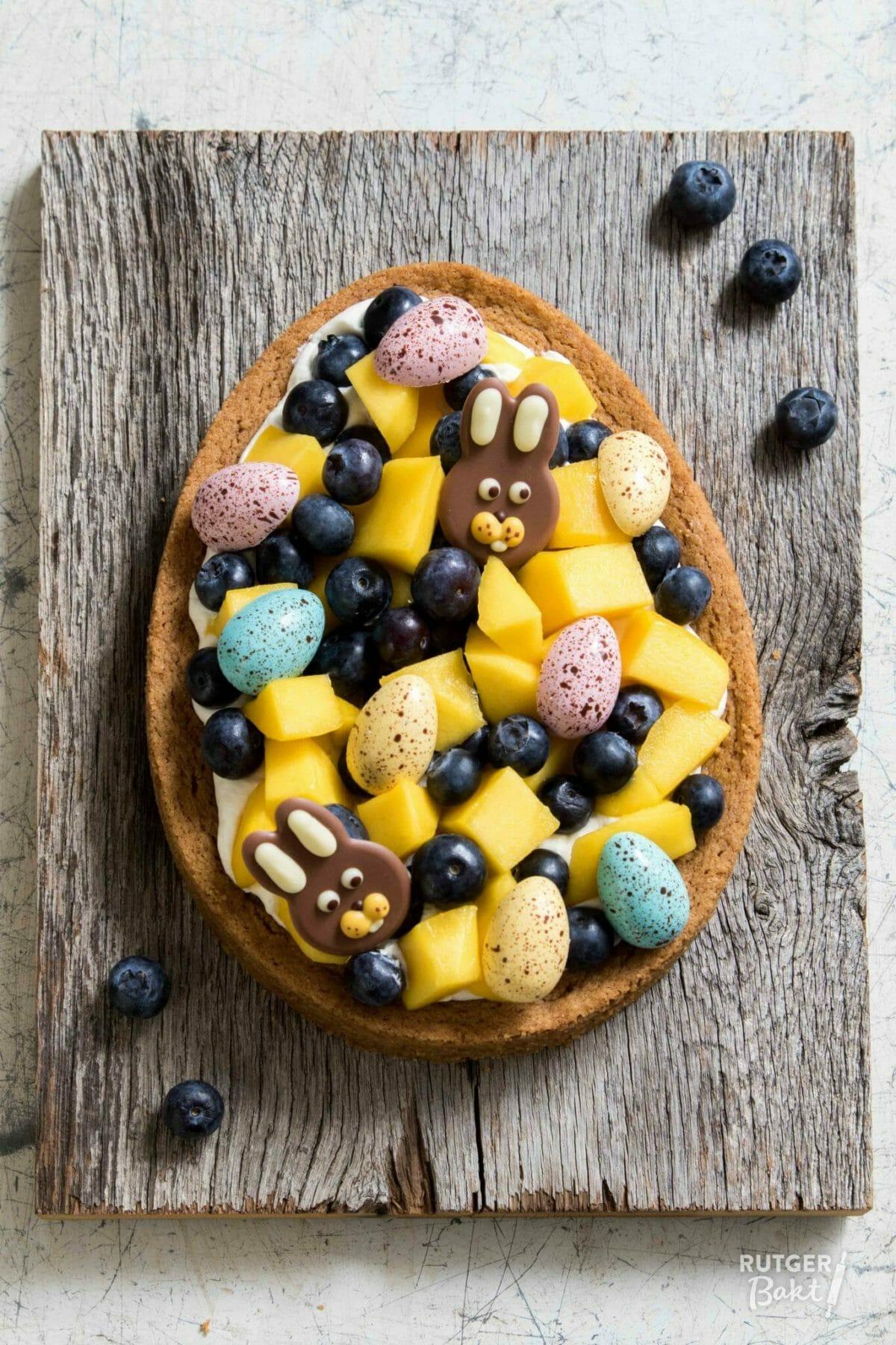 Paastaart met frisse mascarponeroom, mango & blauwe bes