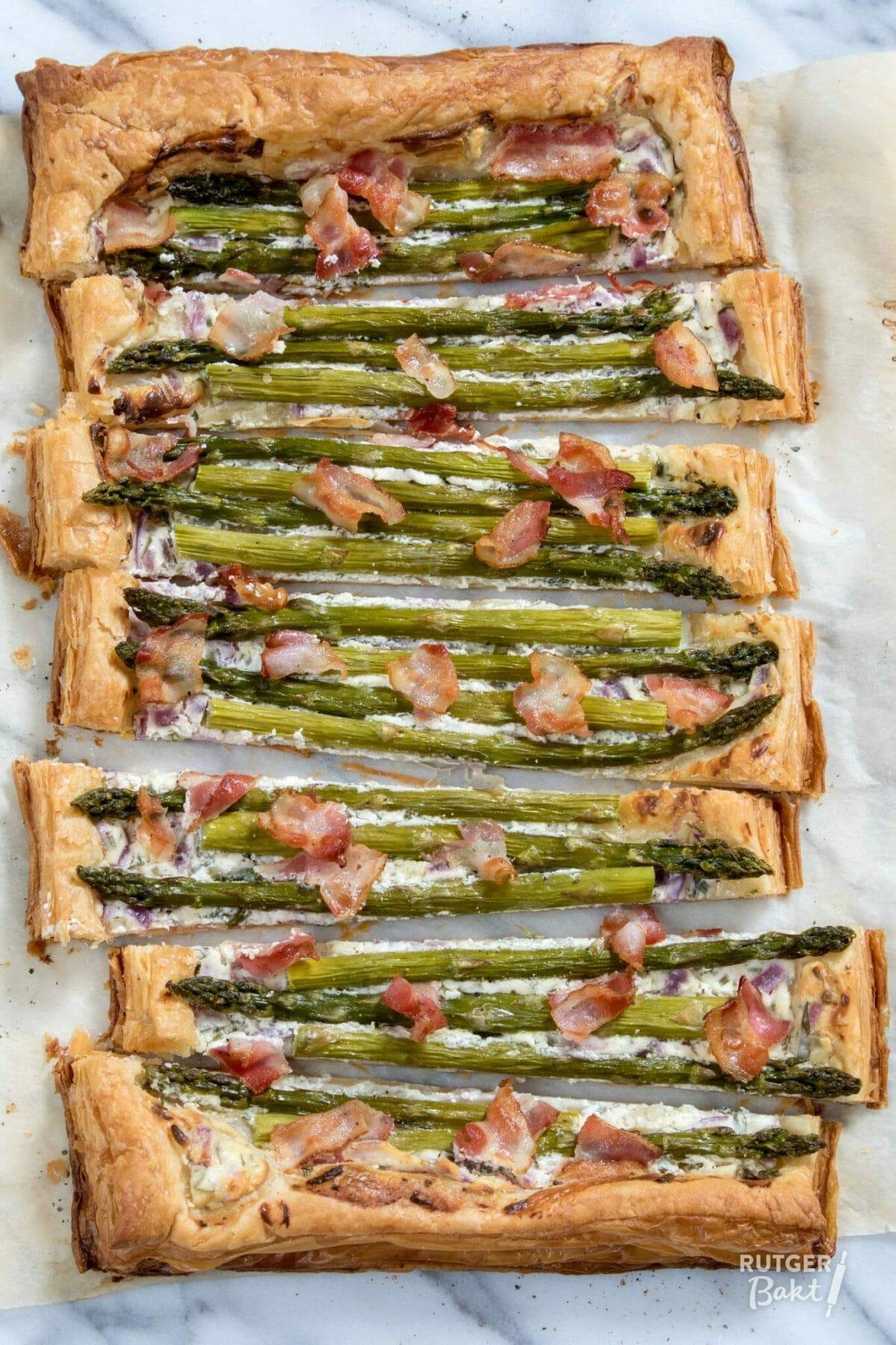 Plaattaart met groene asperges en ontbijtspek