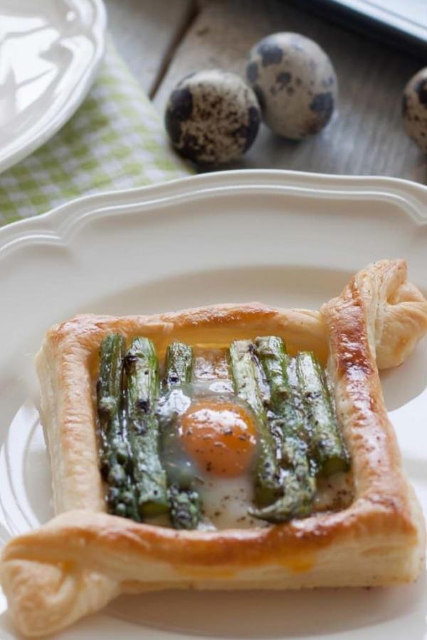 Bladerdeeg tartelettes groene asperges en kwarteleitje