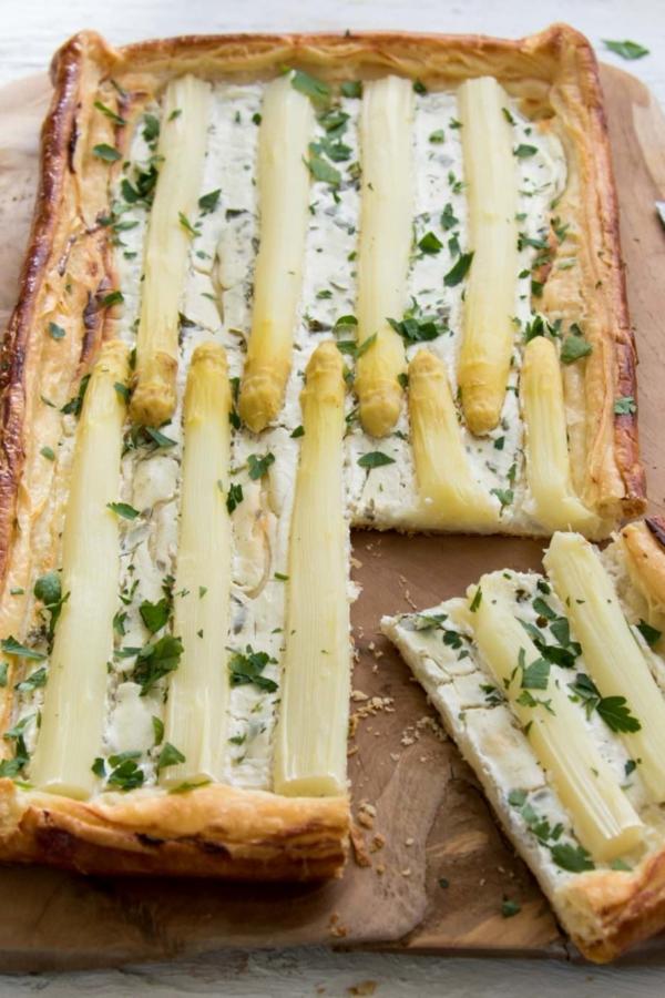 Bladerdeeg plaattaart met asperges en geitenkaas – recept