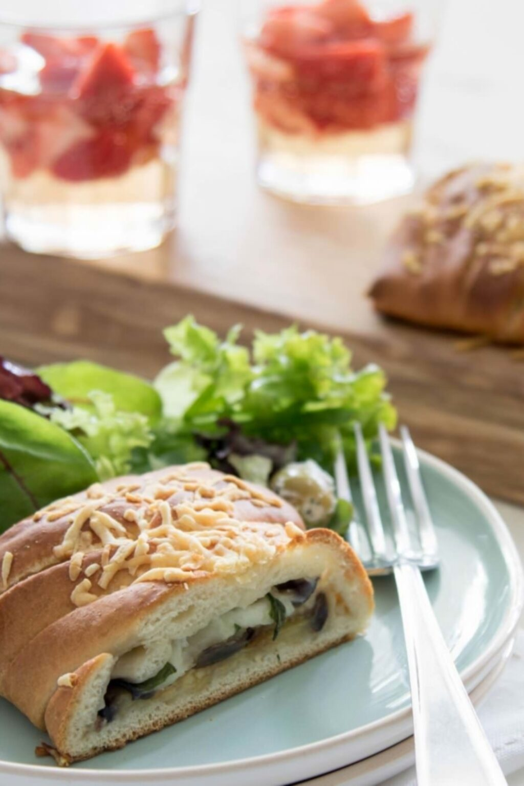 Gevlochten speltbrood met aubergine en mozzarella