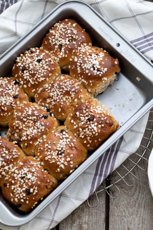 Spelt-paasbroodjes met mueslimix en amandelspijs – recept