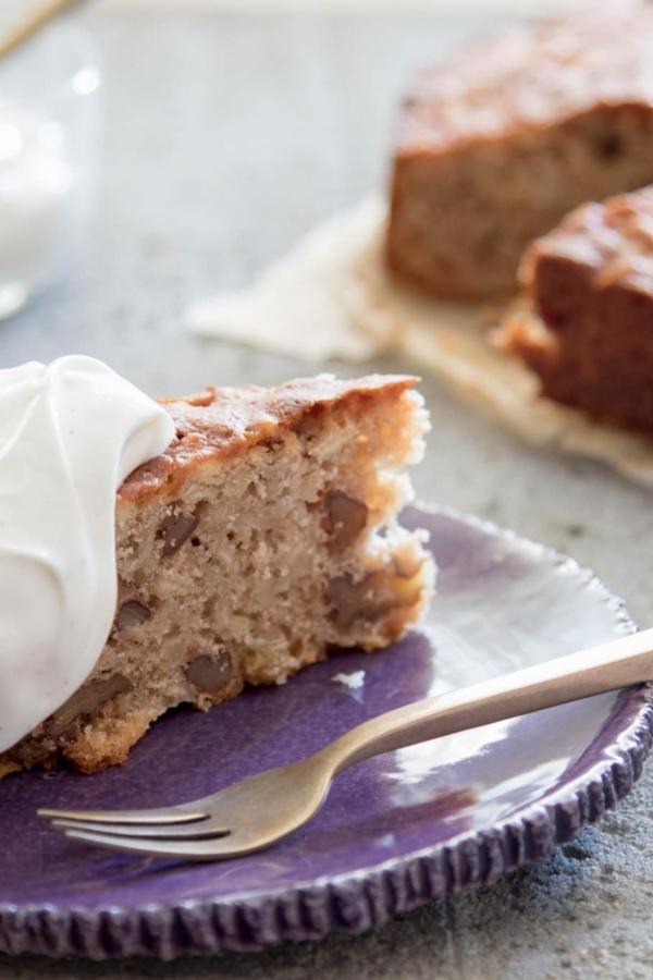 Kruidige cake met pastinaak, walnoot en honing