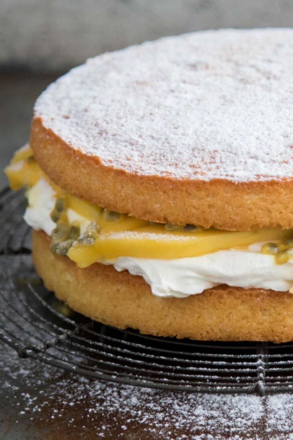 Victoria sponge cake met mango en passievrucht – recept