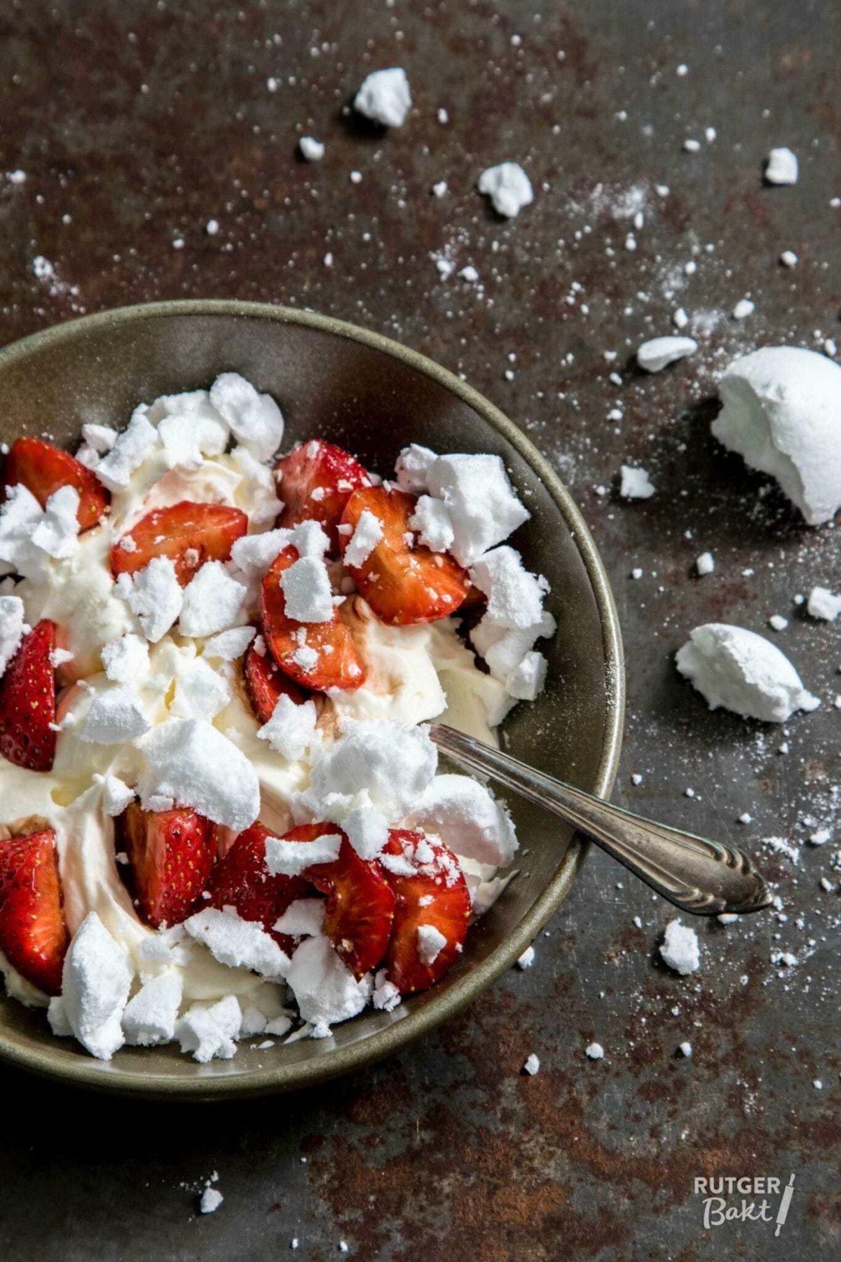 Eton cheesecake mess met gemarineerde aardbeien