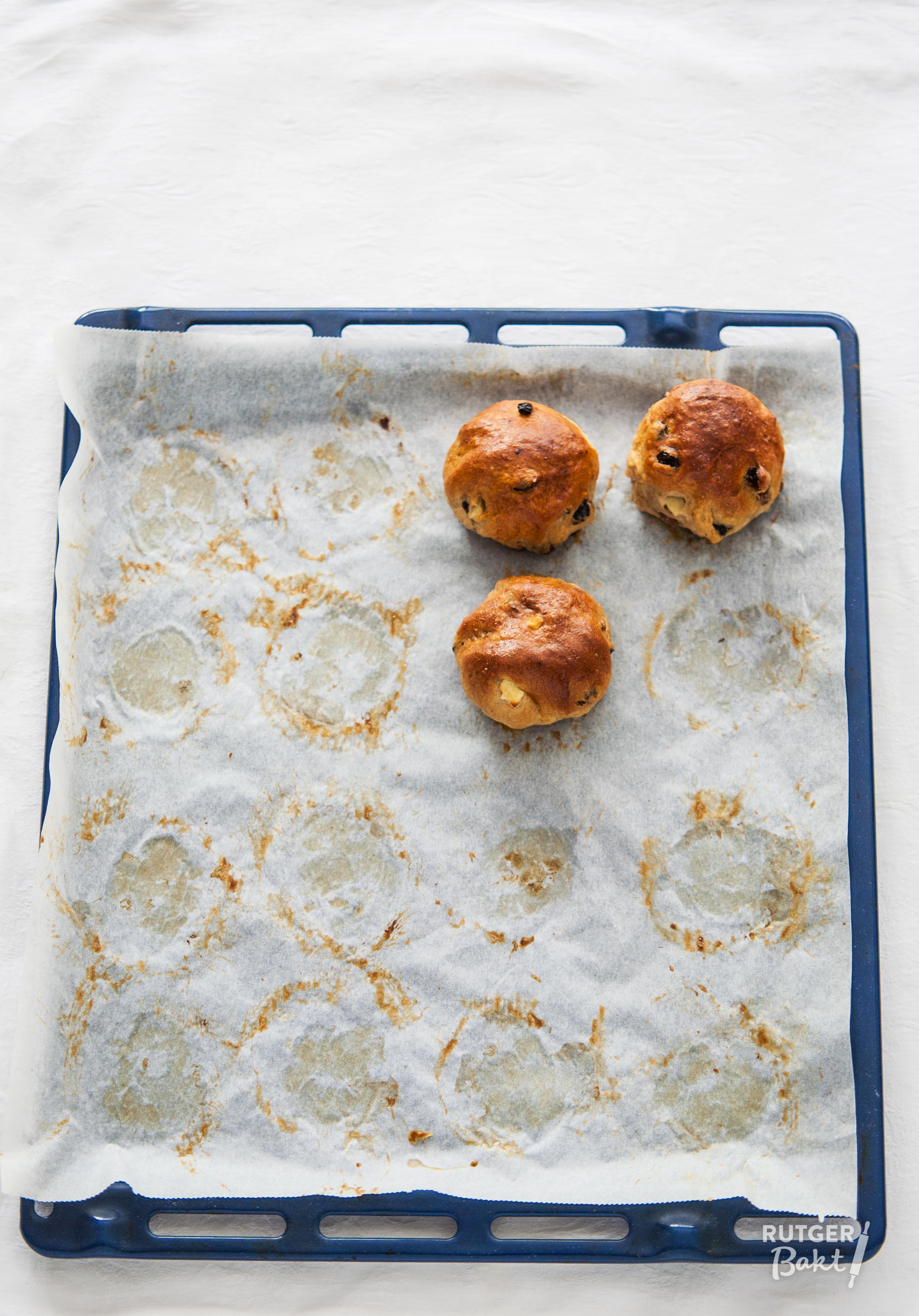 Kruidige krentenbollen met appel