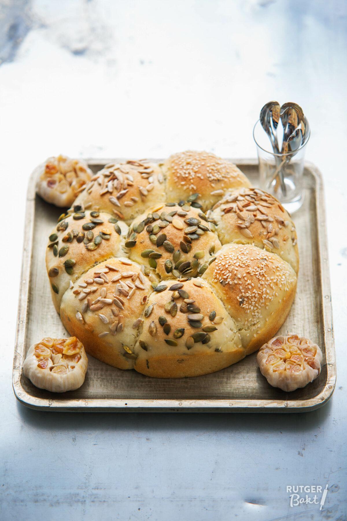 Breekbrood met gepofte knoflook en basilicum