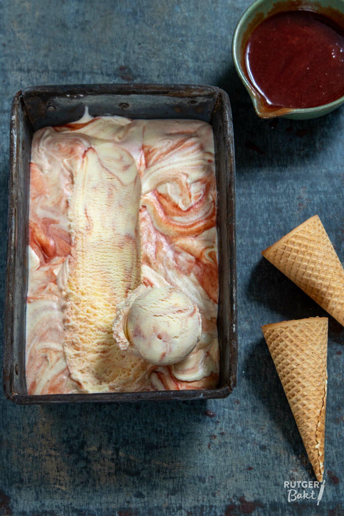 Crème fraîche-ijs met geroosterde balsamico-aardbeien