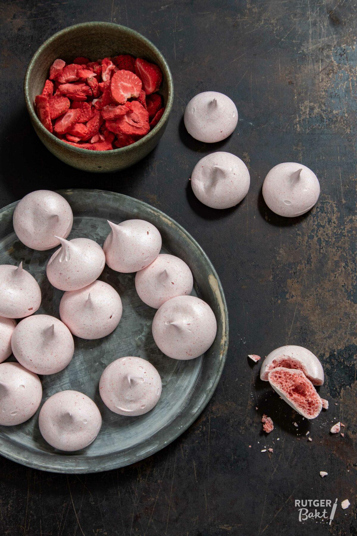 Vegan aardbeien meringues van aquafaba