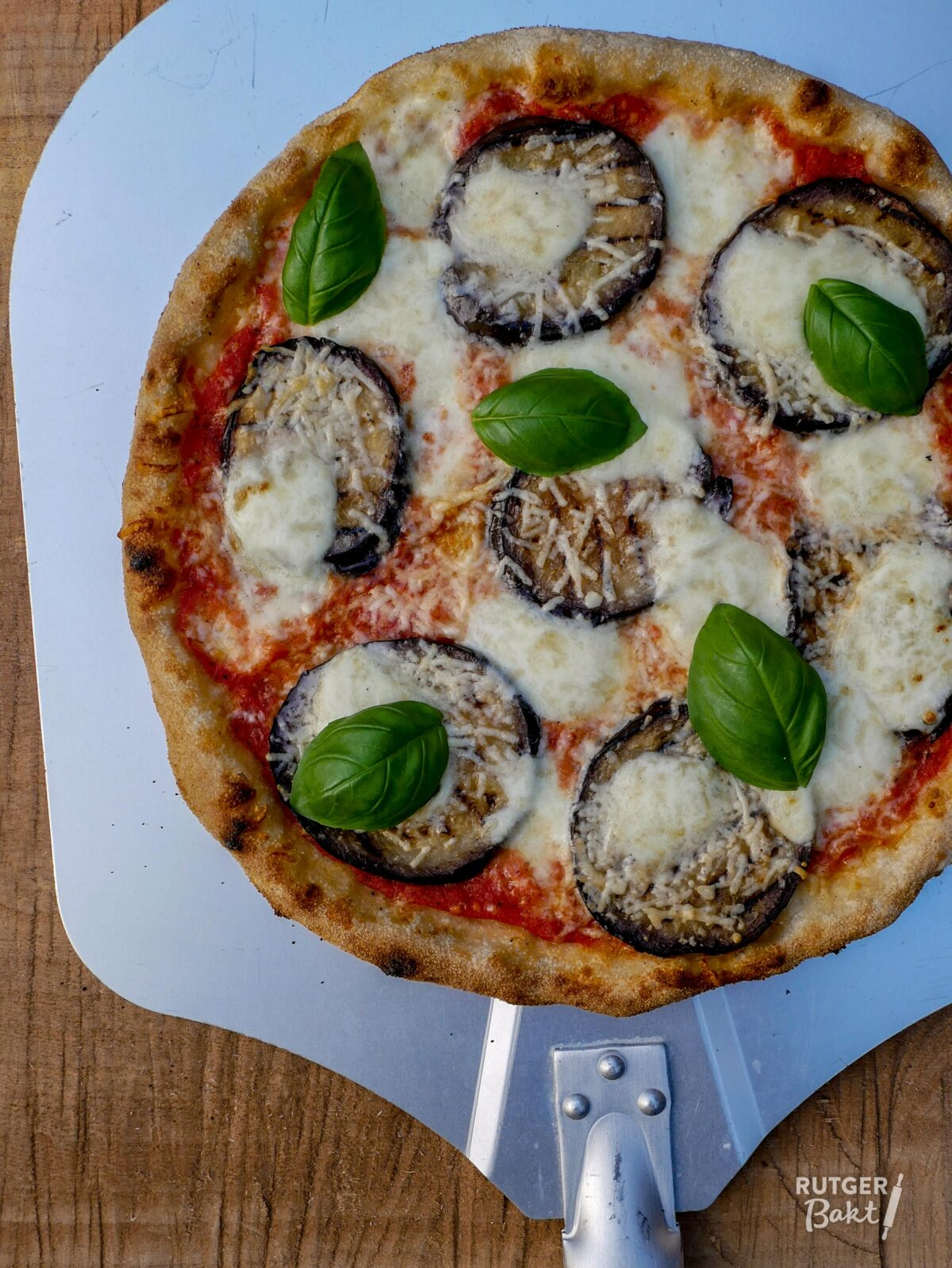 Pizza met gegrilde aubergine