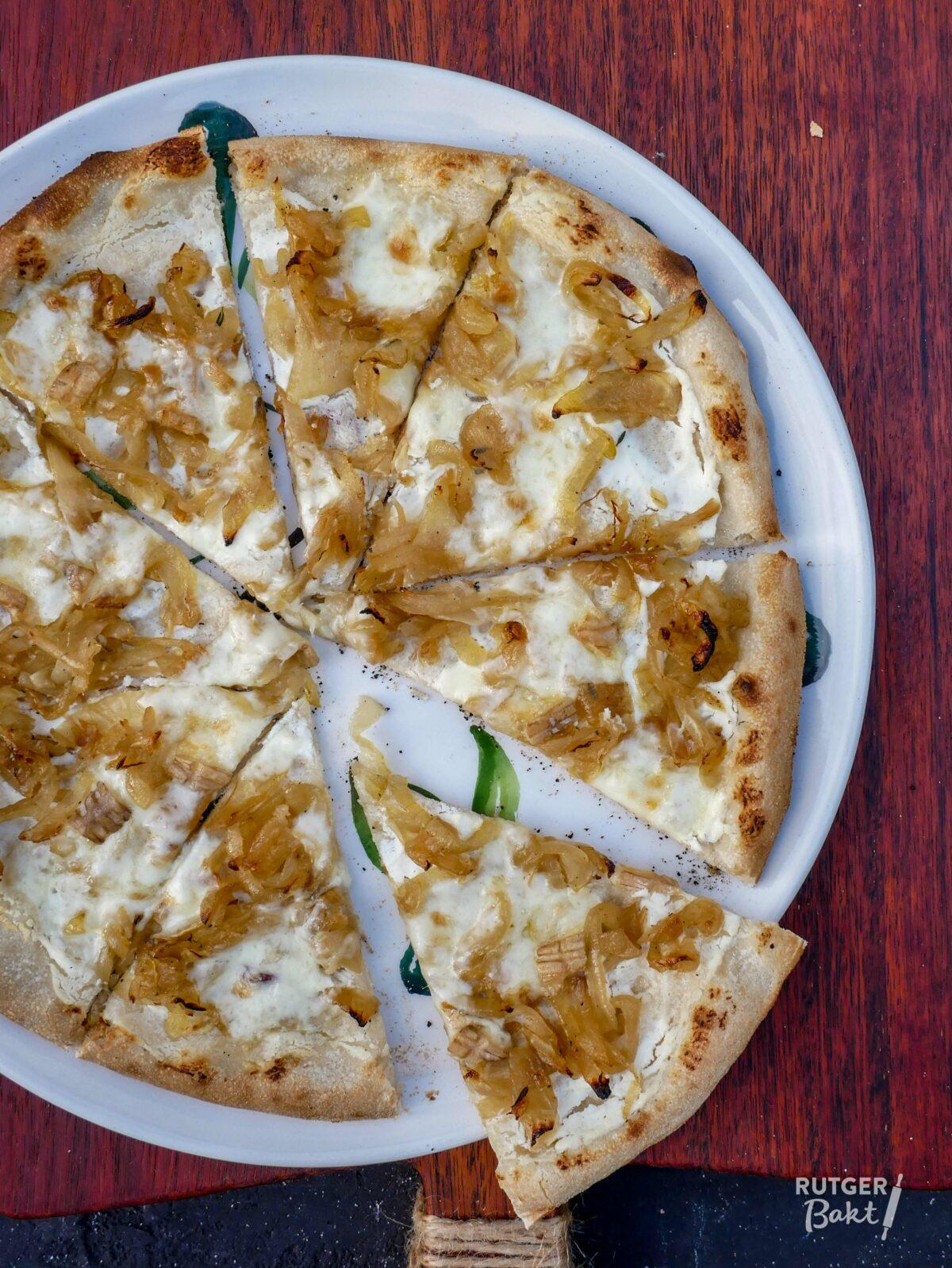 Pizza met gekarameliseerde ui