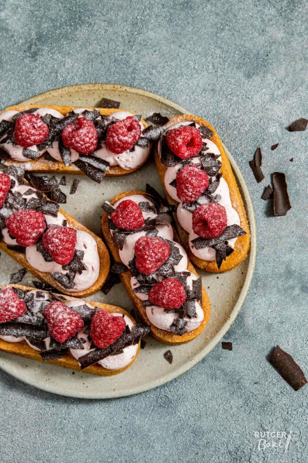 Mini slofjes met frambozen en chocolade