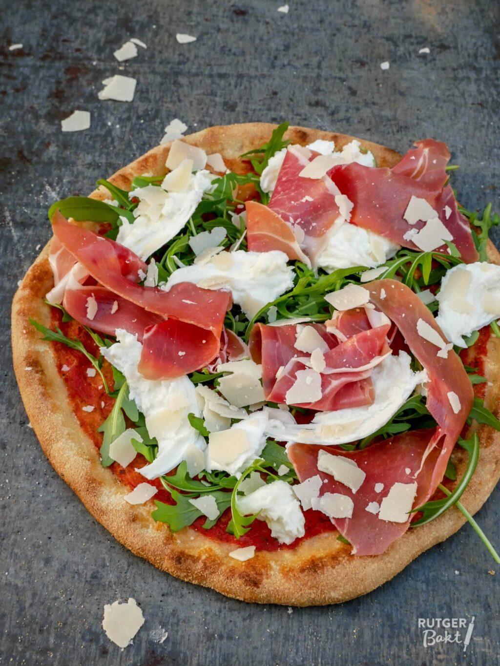 Pizza met rauwe ham, buffelmozzarella en Parmazaanse kaas