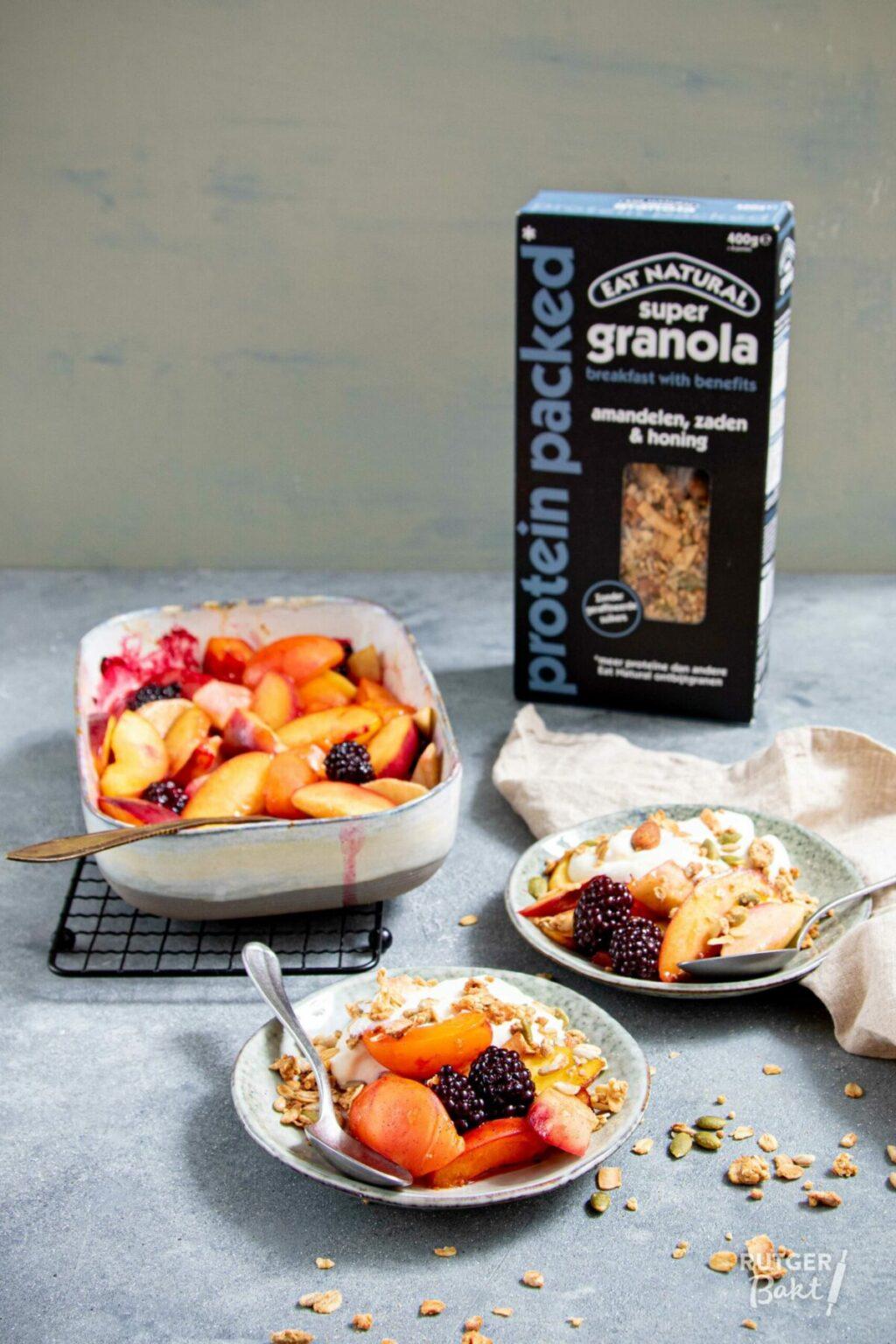 Fruit uit de oven met granola en sinaasappelkwark