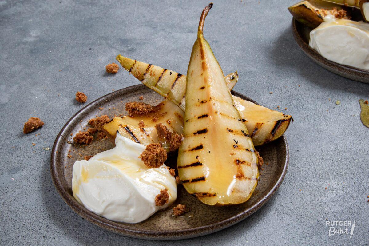 Gegrilde peer met yoghurt en speculaas